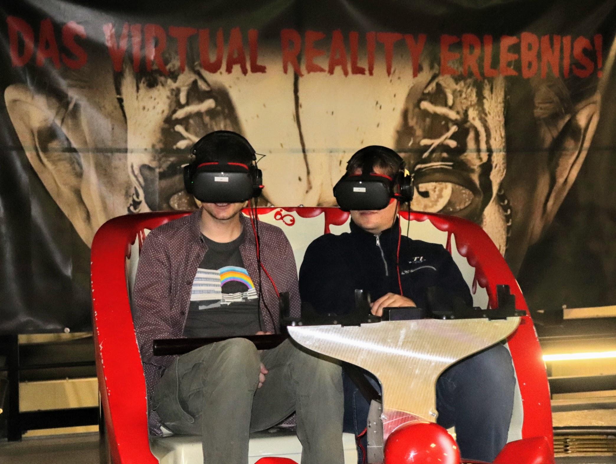 Fahrzeug mit zwei Personen mit VR-Headsets
